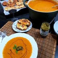 Ζεστή, πικάντικη ντοματόσουπα για κρύες νύχτες